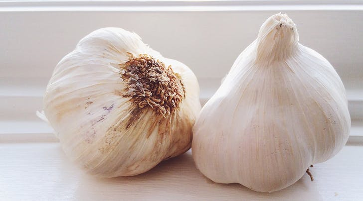 How to Get the Smell of Garlic Off Your Hands