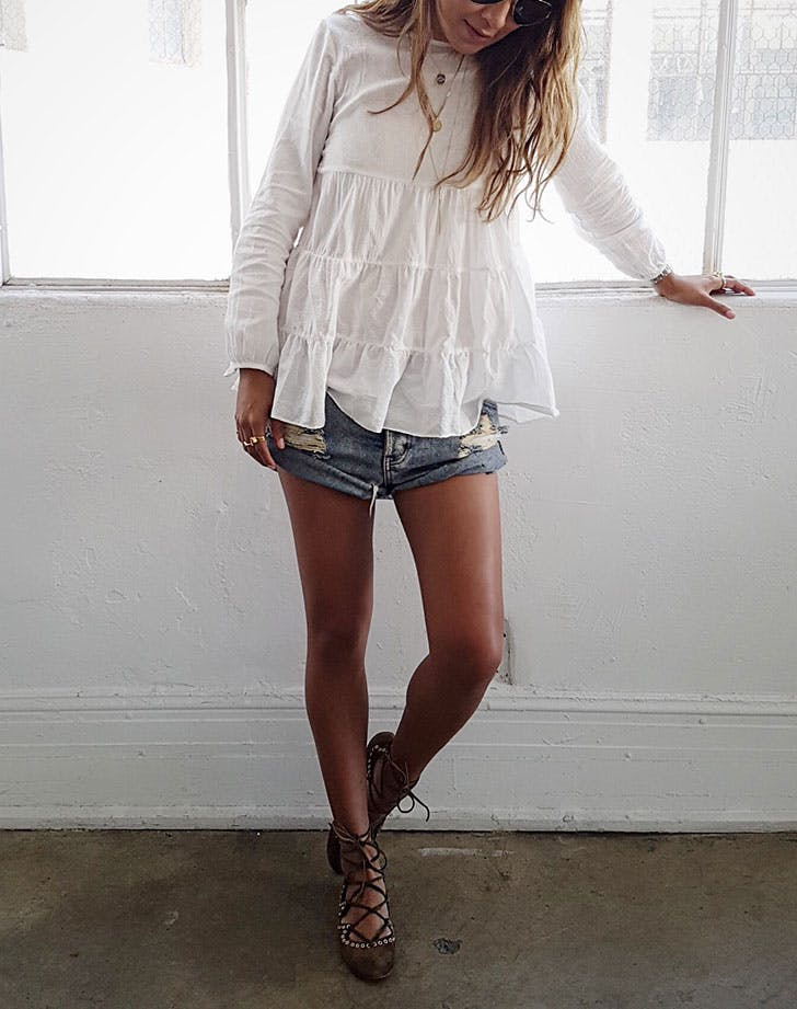 how to wear jean shorts flowy top