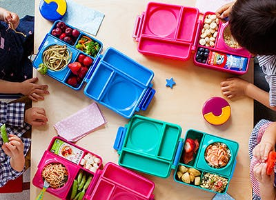 kids eating from lunchboxes 290