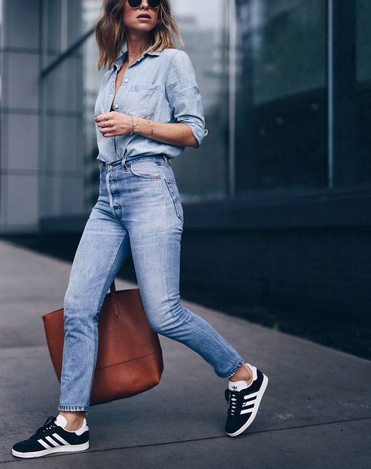 how to wear high waisted jeans sneakers