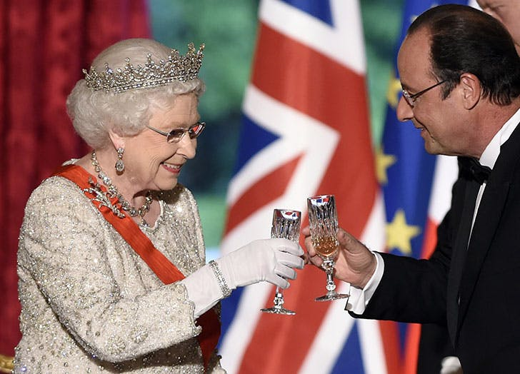 Britain s Queen Elizabeth II toasts with French President Francois Hollande at a state dinner1