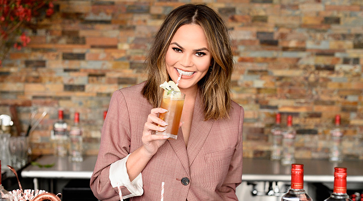 Chrissy Teigen Leaves $1000 Tip For Outback Steakhouse Waitress