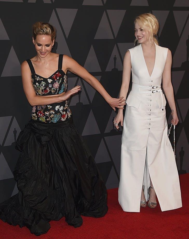 Emma Stone Jennifer Lawrence photobomb 2