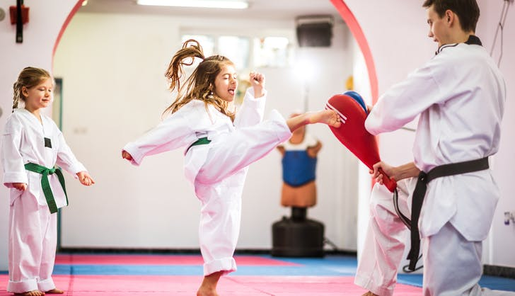 children learning tae kwon do