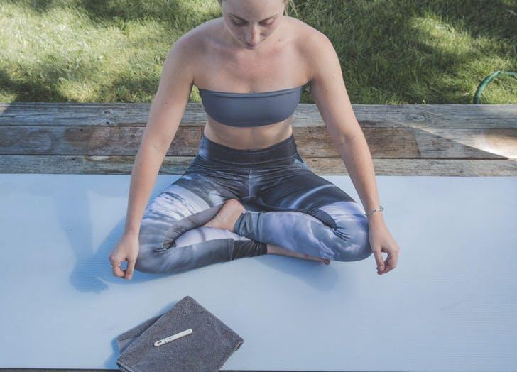 LA ways To meditate girl on yoga mat