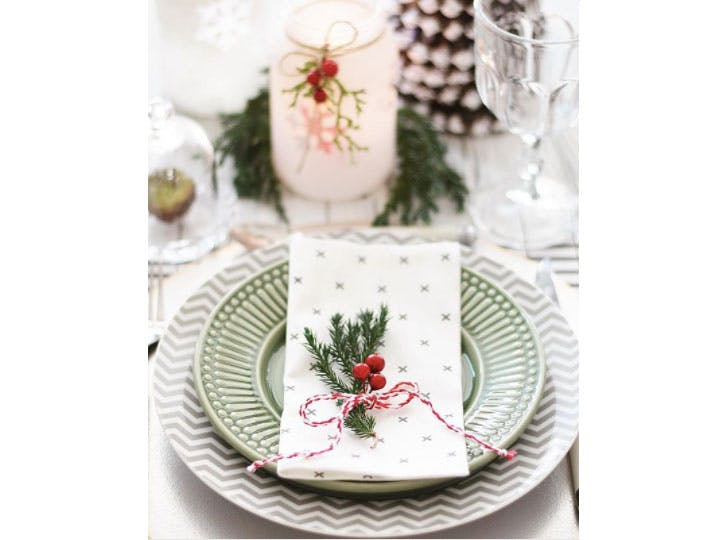 Minimalist chic Christmas table decorations1