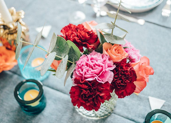 Table setting with carnations