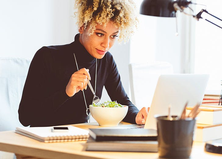 woman eating lunch at the desk