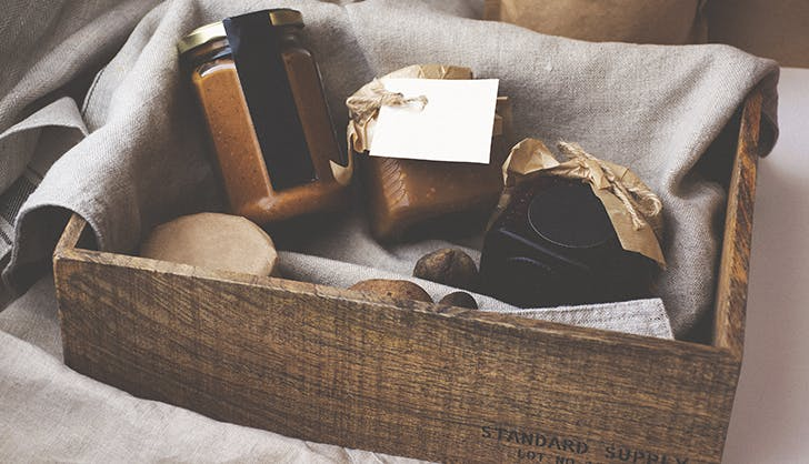arrive with bring a gift houseguest etiquette
