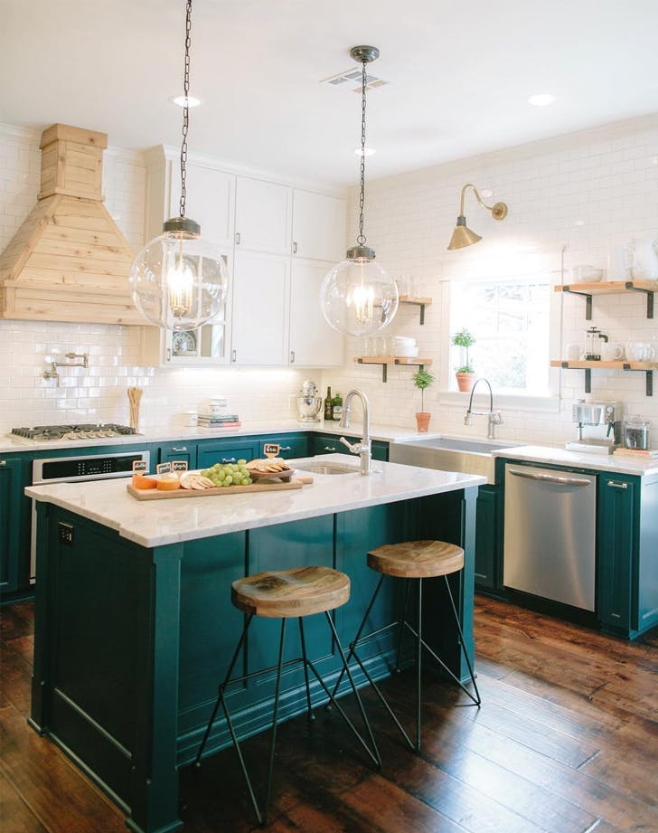 Joanna gaines 39 s best kitchen update tips purewow for Kitchen ideas joanna gaines