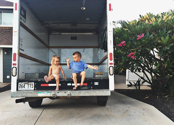 kids in moving van
