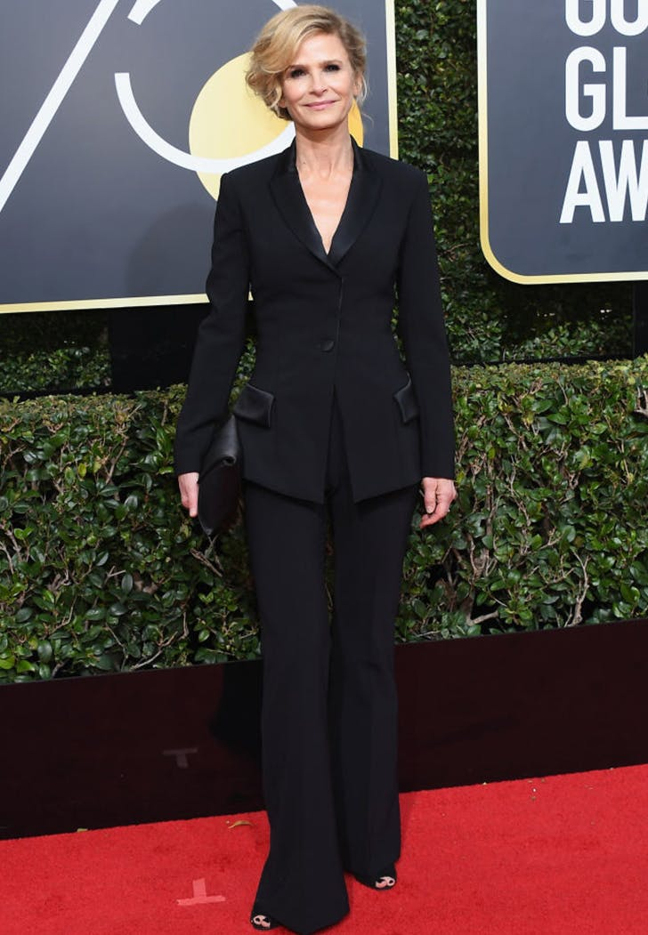 kyra sedgwick wearing pants golden globes