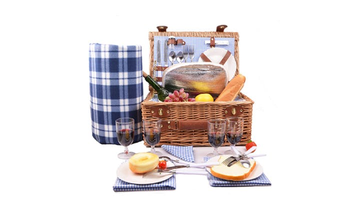 Gingham Amazon picnic basket1