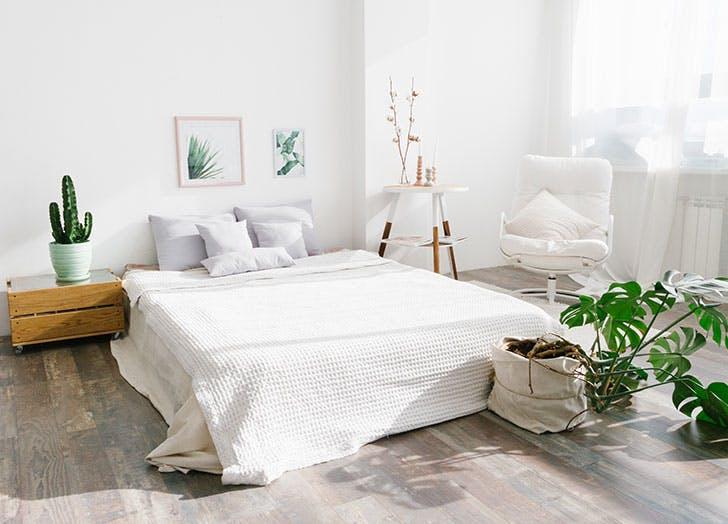 Minimalist white bedrom