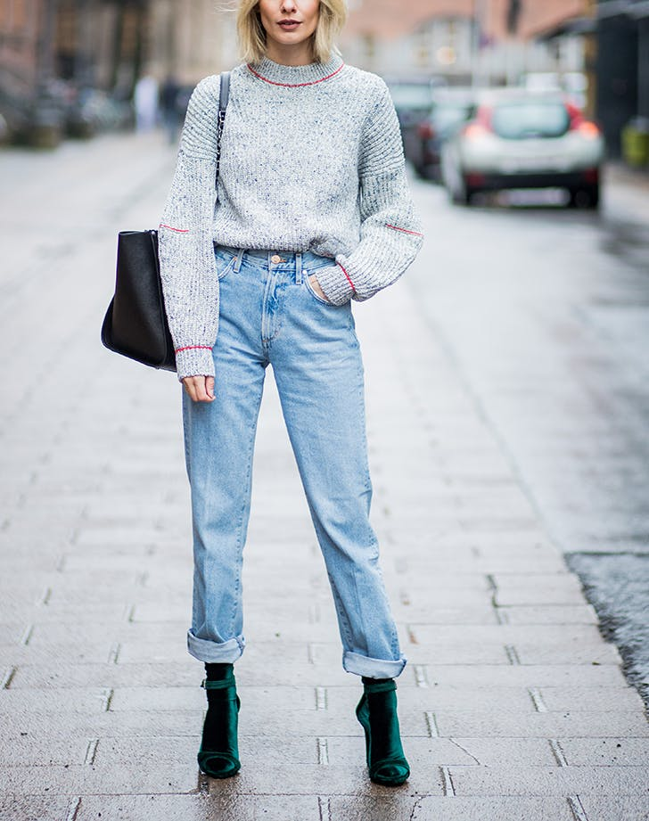 woman-wearing-high-waist-jeans-and-gray-sweater.jpg (728×921)