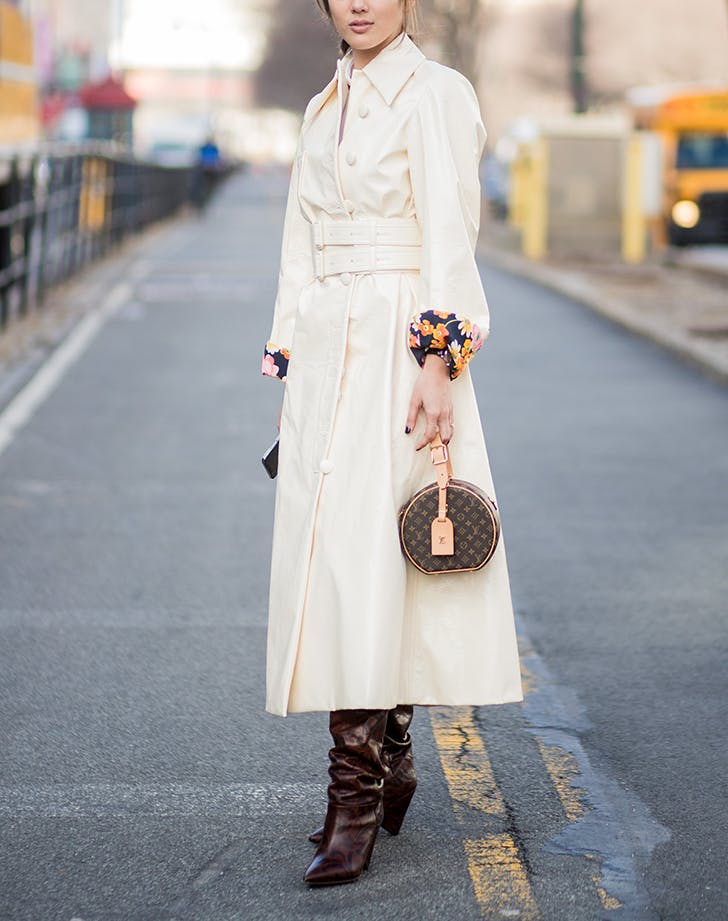 woman-wearing-white-dress-boots-and-small-bag.jpg (728×921)