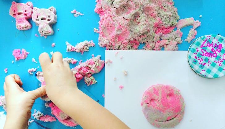 childred making crafts