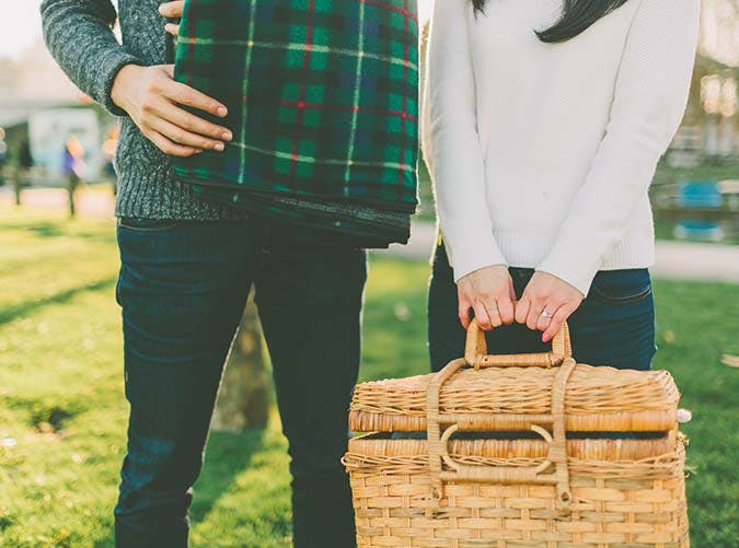 couple packing picnic