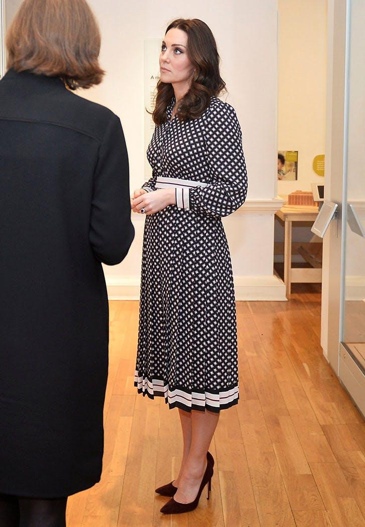 kate middleton burgundy pumps printed dress