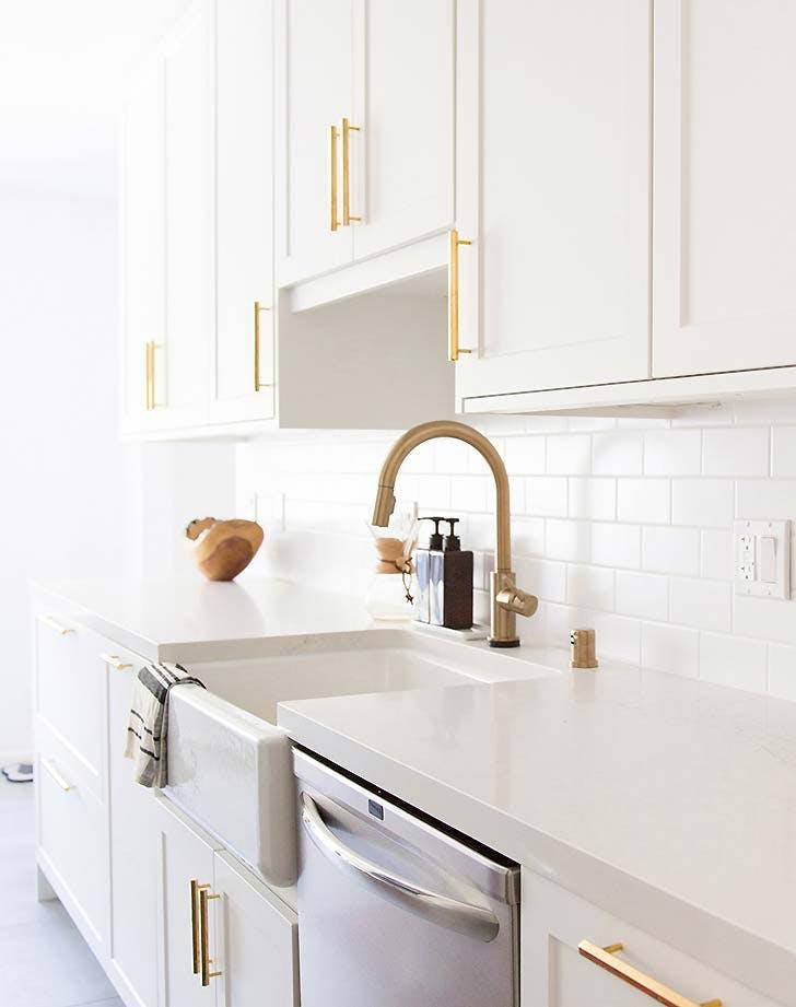 white kitchen gold pulls