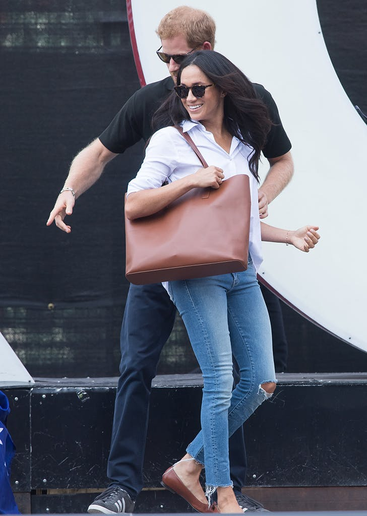 meghan markle wearing a white shirt and jeans