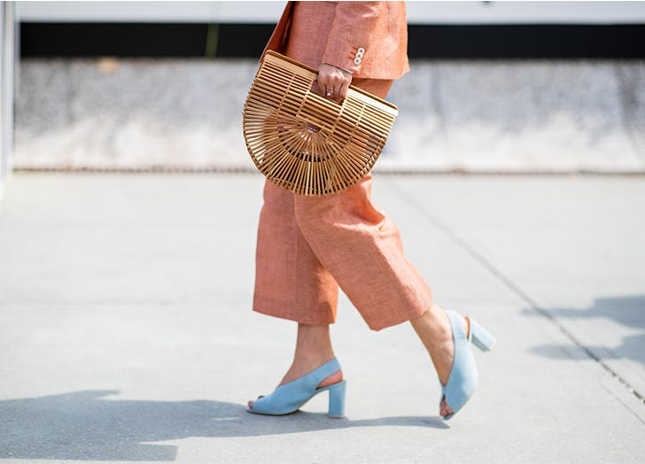 Woman wearing orange linen pants and blue slingback heels1