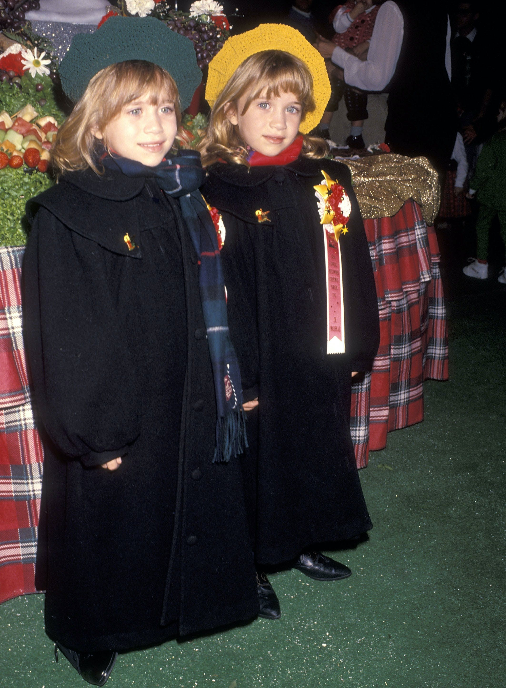 mary kate and asley olsen wearing matching black outfits in 1993