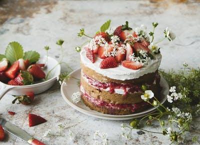 sweet laurel naked cake strawbeerries 400