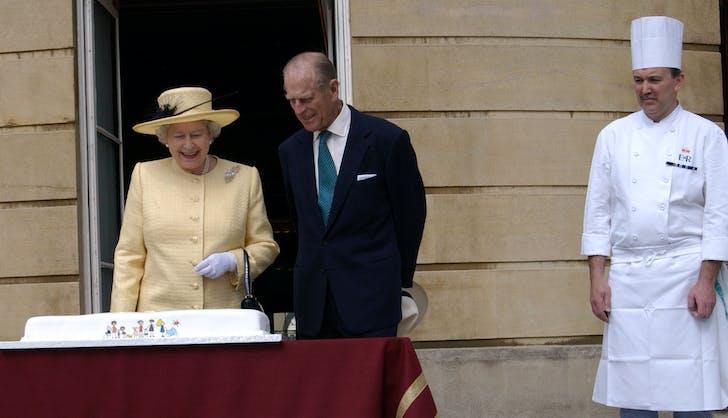 Queen Elizabeth cake on balcony