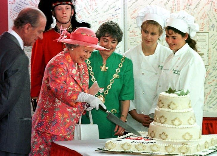 Queen Elizabeth cuts cake
