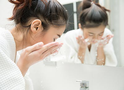 woman splashing water on face 400