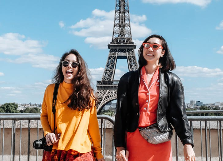 friends laughing in front of the eiffel tower
