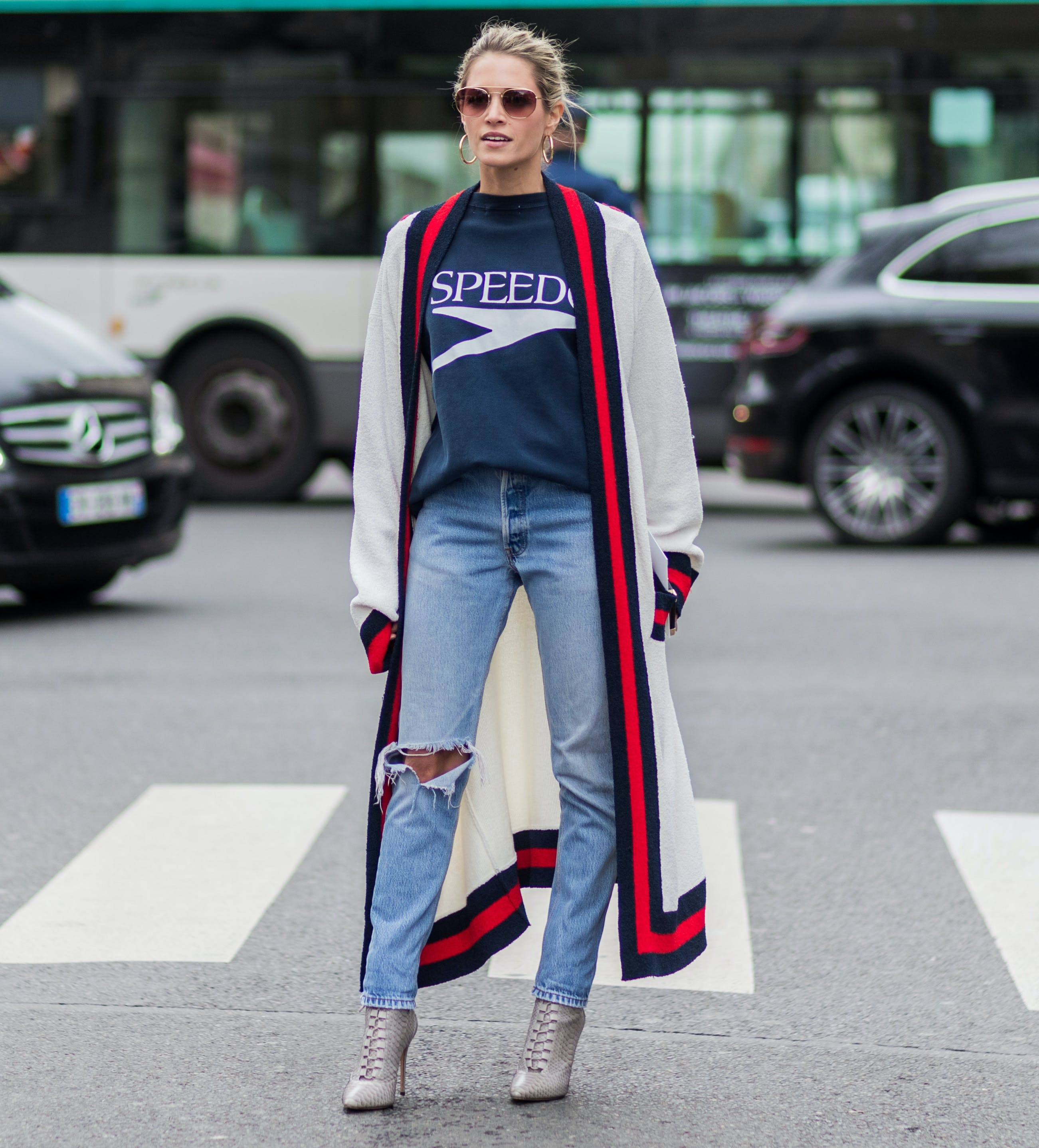 woman wearing a long cardigan1