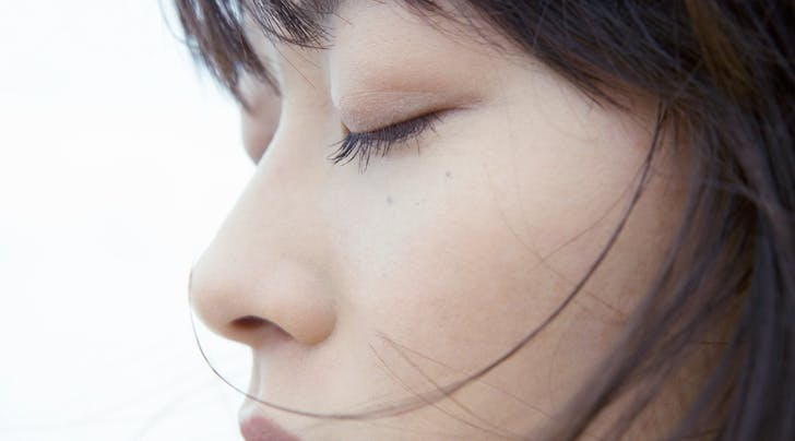 Here's How to Curl Straight Lashes (So They Actually Stay Up)
