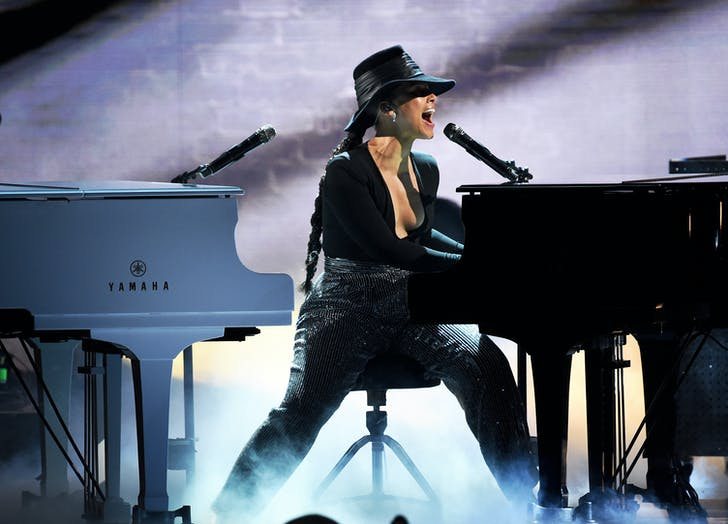 Alicia Keys playing two pianos