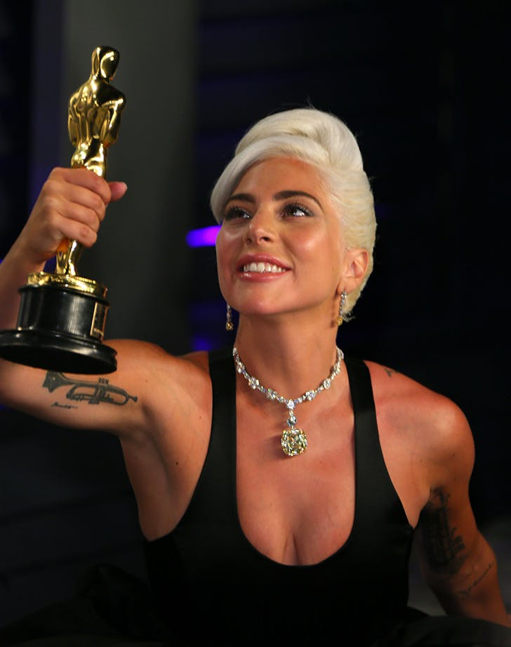 Lady Gaga >> álbum 'A Star Is Born' [III] Lady_gaga_admiring_her_oscar_5