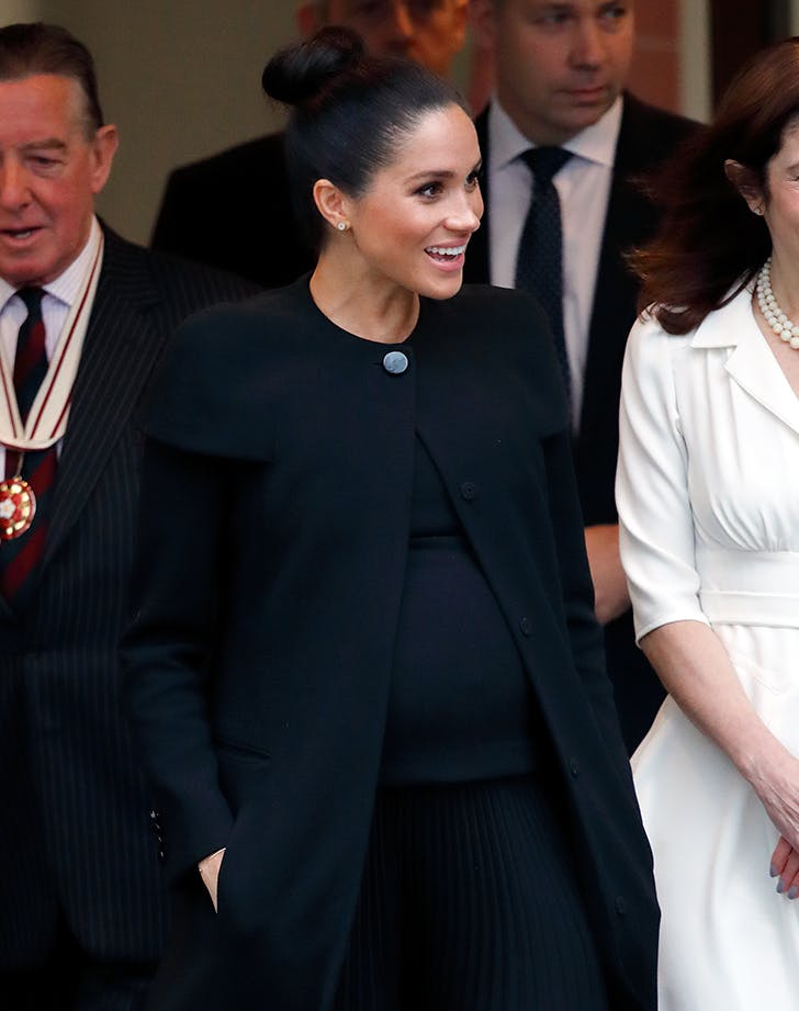 meghan markle pregnant black dress2