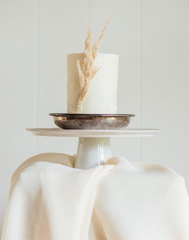 using pamas grass to decorate a wedding cake