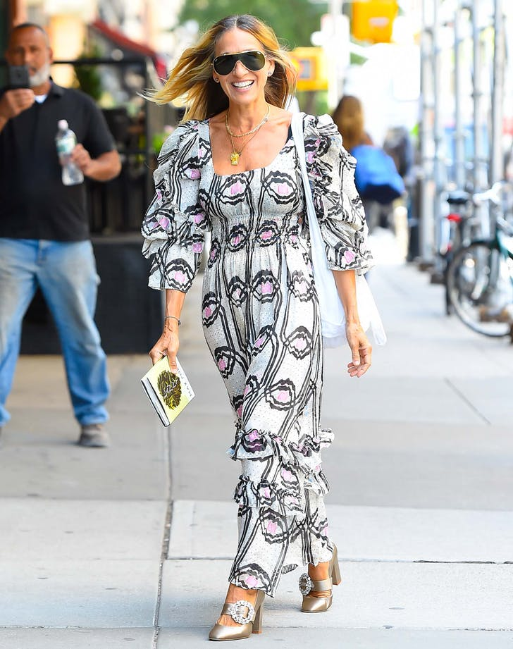 Sarah Jessica Parker walking in nyc