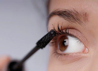 applying mascara close up 400