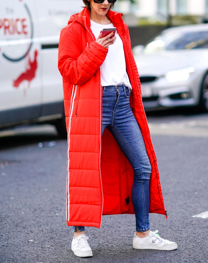 woman wearing skinny jeans with white sneakers