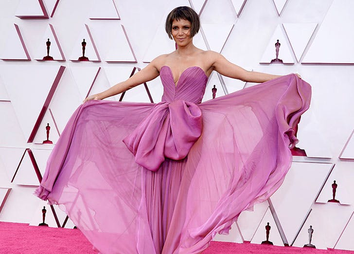 Halle Berry Looked Marvelous in Mauve at Oscars (& She Also Debuted a Fab New Do)