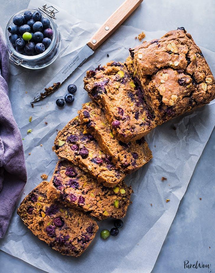 postres ricos en proteínas receta vegana de pastel de desayuno de arándanos especiados