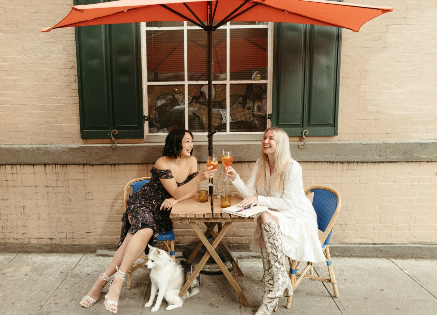 women at cafe updated   marriott bonvoy