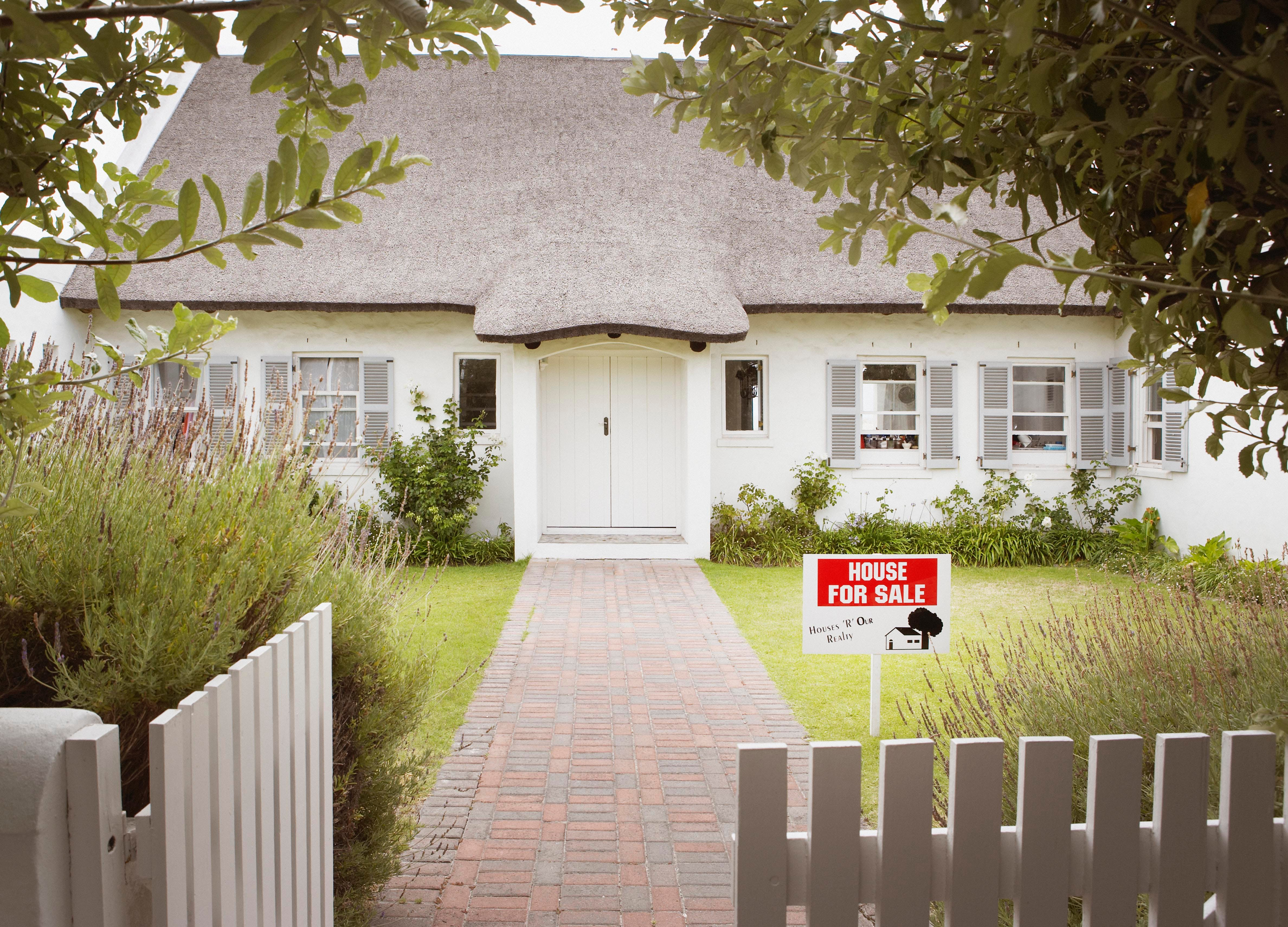 sell and rent real estate trend sign